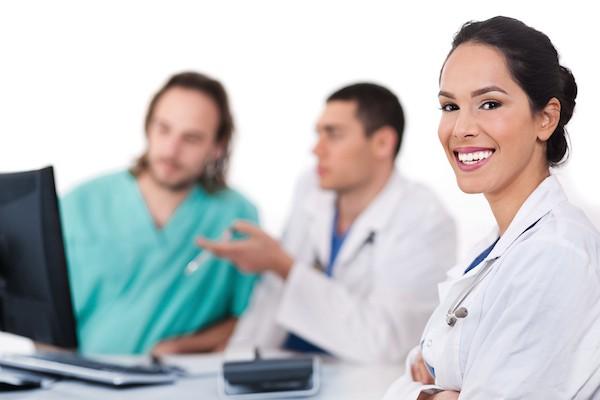 Снимка на хора в лекарски престилки.